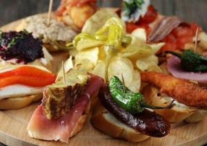 Pincho de merluza - Canapé met gebakken vis en asperges
