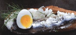 Tostadas con Ricota, Anchoa, Hinojo y Huevo - Toast met Ricotta en Ansjovis