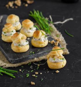 Profiteroles salados con crema de Cabrales y Pera