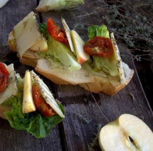 Tostas de queso con manzana y tomates deshidratados - Toast met kaas, appel en gedroogde tomaten
