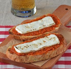 Tostas de Sobrasada y queso fresco - Toast met Sobrasada en Geitenkaas
