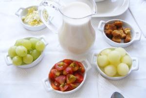 Ajo Blanco de Huevo Frito - Knoflooksoep met fruit en gebakken ei