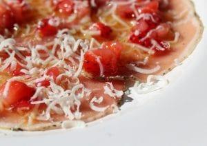 Carpaccio de lomo ibérico con vinagreta de fresas y queso - Carpaccio van Lomo met een vinaigrette van aardbeien en kaas