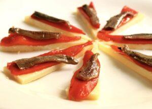 Queso con anchoas y pimientos